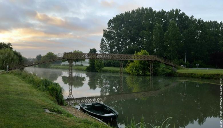 Canal dans le Marais Poitevin Sud Vendée
